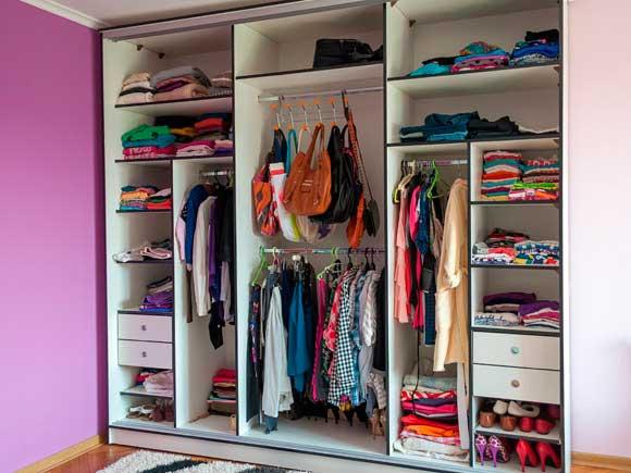 Dicas de como organizar um guarda roupas de casal