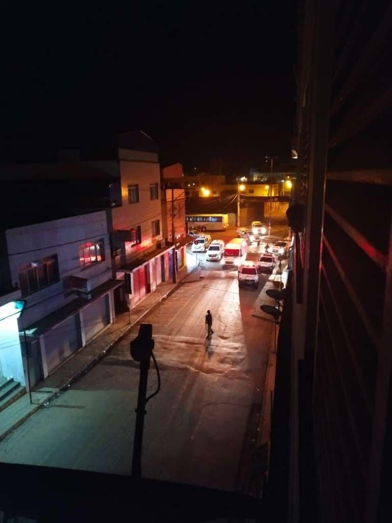 Assaltantes invadem banco e fazem três reféns em Brumadinho