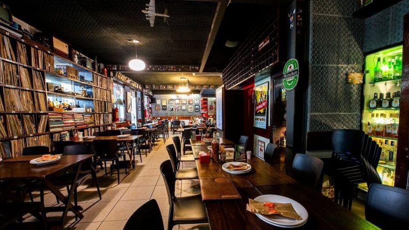 Novo decreto de Camilo Santana amplia horário de funcionamento de bares e restaurantes em uma hora
